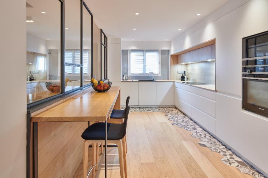Carré Chroma - A la cuisine... - ANGLET Mobilier et verrière, parquet et carreaux Esprit bois - blanc - métal