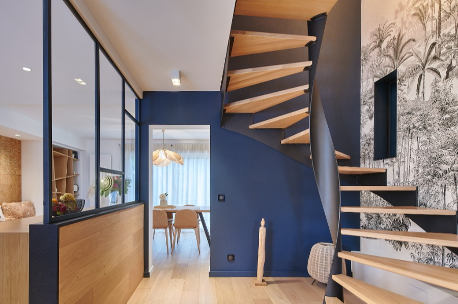 Carré Chroma - Depuis l'entrée... - ANGLET Les courbes de l'escalier La symétrie du métal Des espaces semi-ouverts Les choix décoratifs