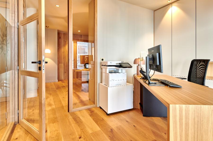 Carré Chroma - Au bureau... - BIARRITZ Création d'un cabinet d'avocats. Un bureau fermé et vitré. Un espace et une ambiance de travail.