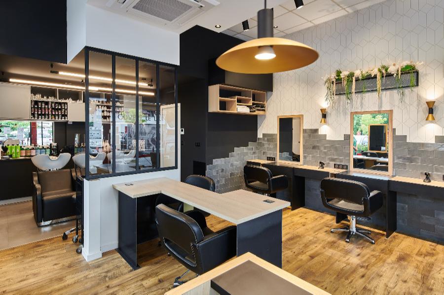 Carré Chroma - Au salon... - SAINT-PIERRE D'IRUBE Rénovation intégrale d'un salon de coiffure  Création d'une verrière Agencements sur-mesure Concept éclairage