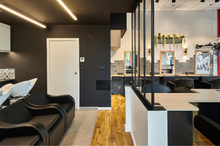 Carré Chroma - La verrière... - SAINT-PIERRE D'IRUBE Rénovation intégrale d'un salon de coiffure Création d'une verrière permettant de différencier les espaces de travail sans les cloisonner