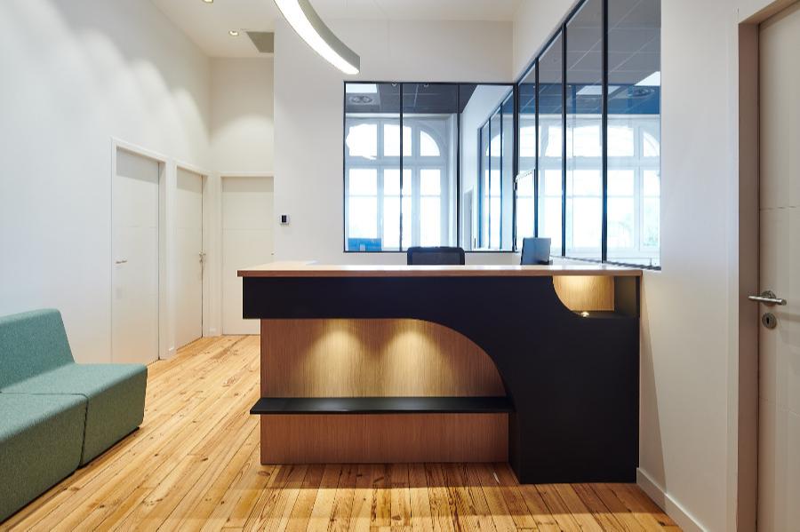 Carré Chroma - A l'accueil... - BAYONNE Rénovation des bureaux de la Fédération Française de Pelote Basque Création d'une borne d'accueil en placage de bois naturel Création d'une verrière permettant d'ouvrir les espaces et de les faire communiquer